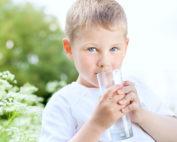 Kind trinkt Wasser (Foto: fotolia.com © maxoido)