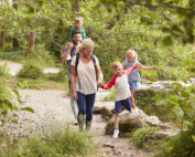 Familie wandert im Wald. (Foto: Monkey Business@Fotolia.de)