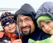 Torsten Siegemund mit seinen Söhnen Felix und Ole bei der Vater-Kind-Kur in Graal-Müritz. (Foto: privat)